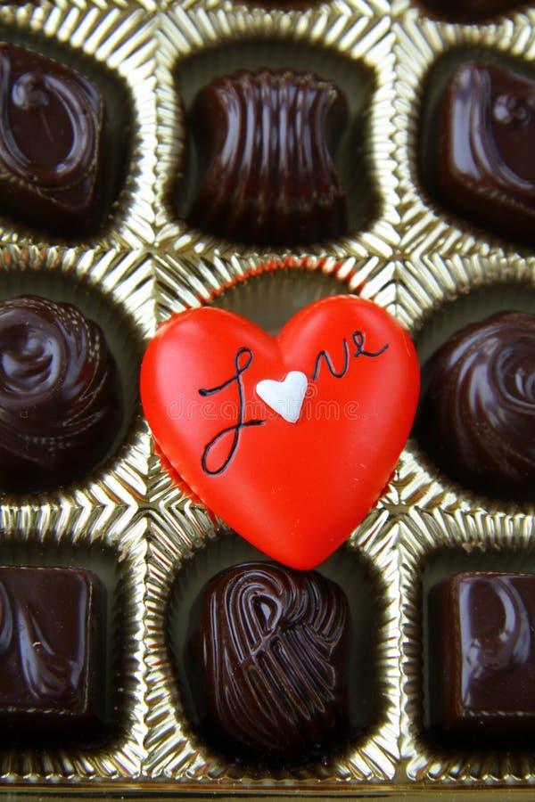 Cioccolato con un cuore rosso fotografia stock libera da diritti