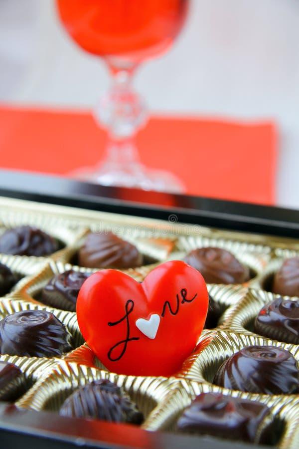 Cioccolato con un cuore rosso fotografia stock