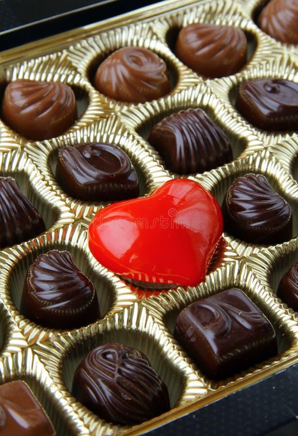 Cioccolato con un cuore rosso immagini stock libere da diritti