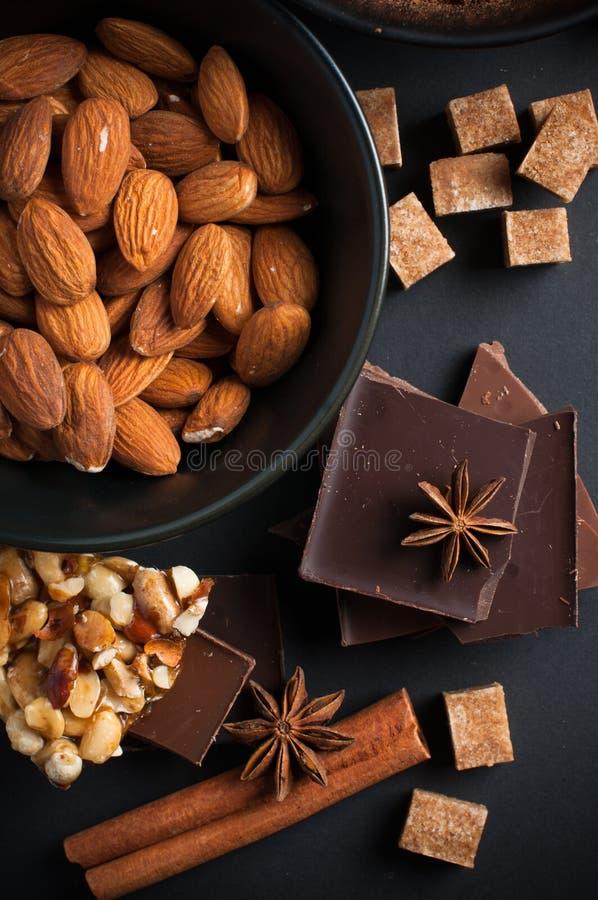 Cioccolato, Dadi, Dolci, Spezie E Zucchero Bruno Fotografia Stock Libera da Diritti
