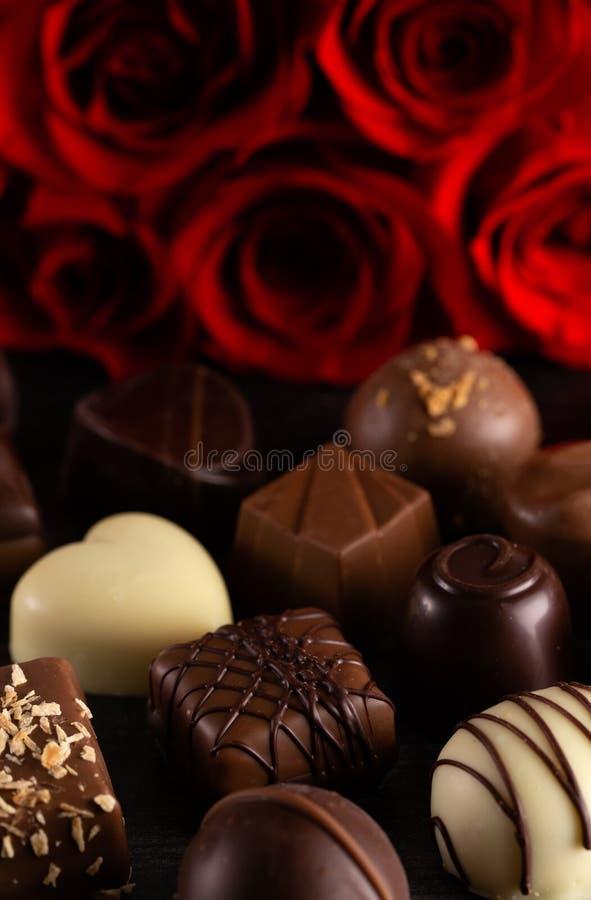 Cioccolato e rose una combinazione perfetta per quella voi amore immagine stock