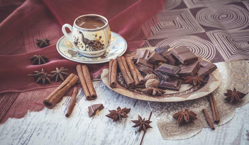 Cioccolato e spezie del caffè turco sul piatto immagini stock libere da diritti