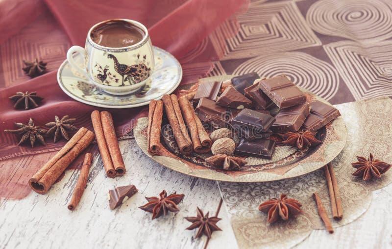 Cioccolato e spezie del caffè turco tonificati fotografia stock libera da diritti