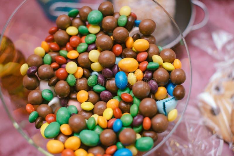 Cioccolato ed arcobaleno Candy variopinto in una ciotola immagini stock