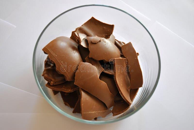 Cioccolato incrinato delle uova su fondo bianco fotografia stock