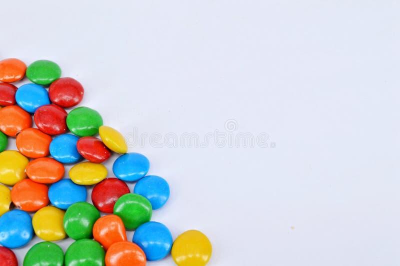 Cioccolato rivestito su fondo bianco immagini stock libere da diritti