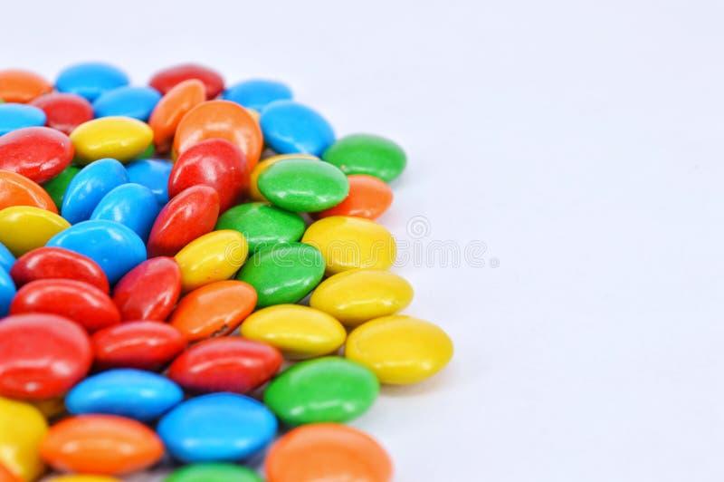 Cioccolato rivestito su fondo bianco fotografie stock libere da diritti