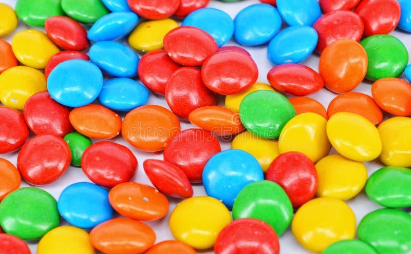 Cioccolato rivestito su fondo bianco fotografia stock libera da diritti