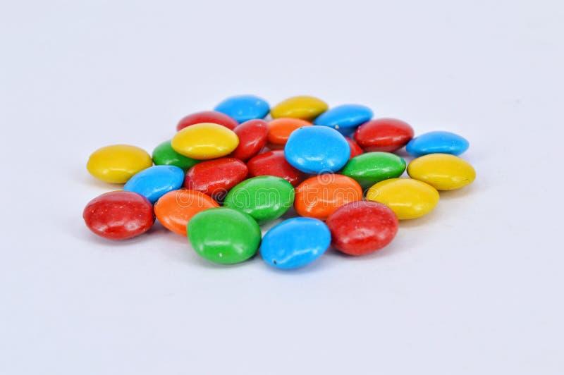 Cioccolato rivestito su fondo bianco immagini stock