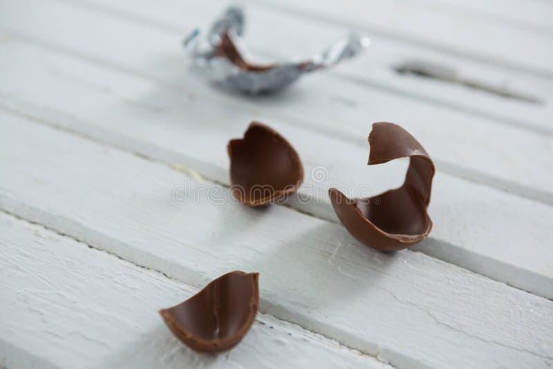 Cioccolato rotto Pasqua su superficie di legno fotografia stock