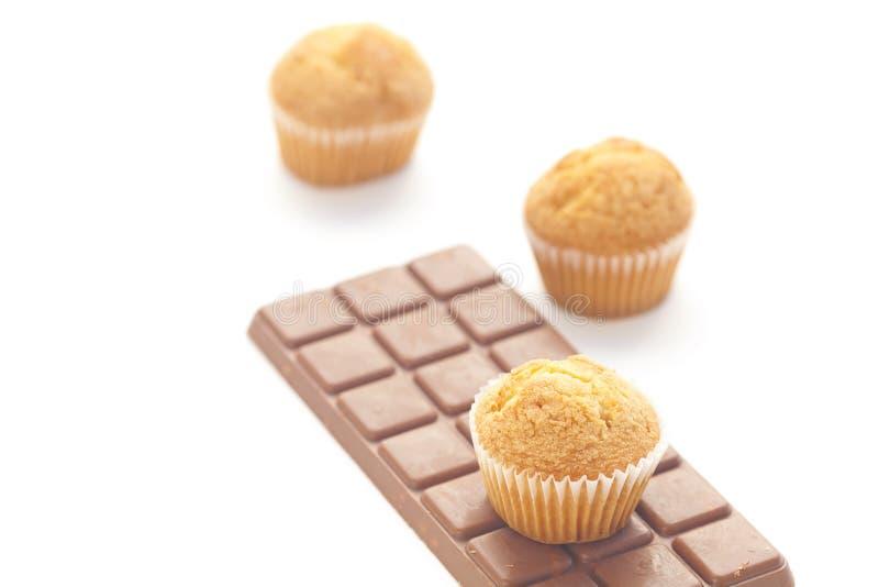Cioccolato scuro e focaccina isolati su bianco immagine stock