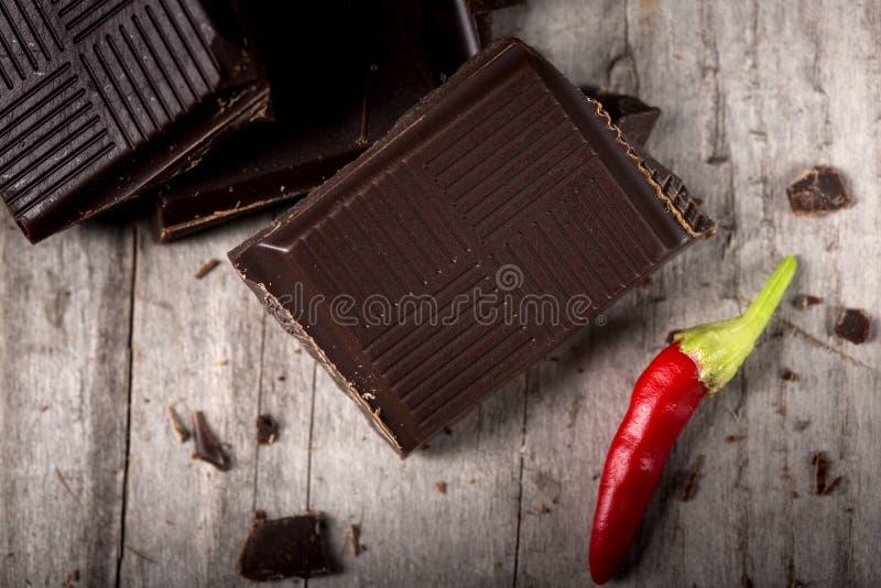 Cioccolato tagliato con peperoncino rosso fotografia stock libera da diritti