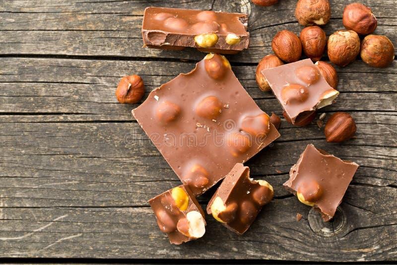 Cioccolato zuccherato con le nocciole fotografia stock libera da diritti