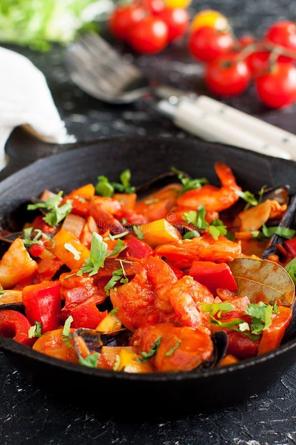 Cioppino de ragoût de fruits de mer servi avec des légumes photographie stock libre de droits
