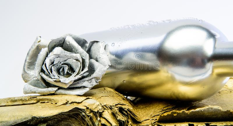 Of?cios de DIY flor cor-de-rosa de prata na garrafa Beleza de Grunge Luxo e sucesso decoração antiga metalizada Riqueza e fotos de stock