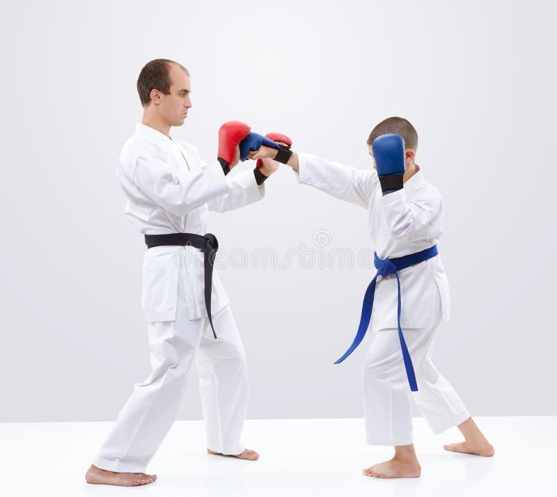 Cios ręk atleta bije na narzuta trenerze obraz stock