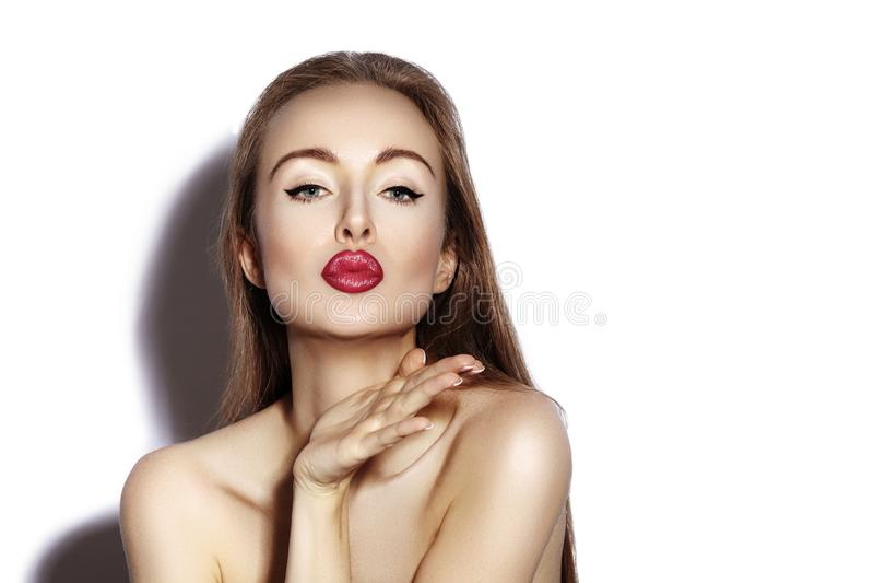 Ciosu słodki buziak Piękna kobieta z mod warg makijażem na białym tle Walentynka dnia makeup wyglądać sexy zdjęcie royalty free