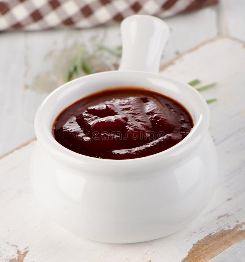 Ciotola bianca di salsa del bbq fotografia stock libera da diritti