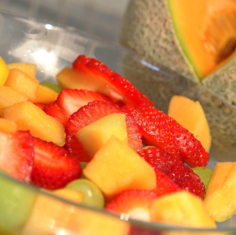 Ciotola Colourful affettata della frutta fotografia stock libera da diritti