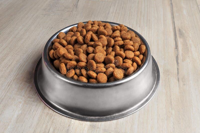 Ciotola con l'alimento di cane immagine stock libera da diritti