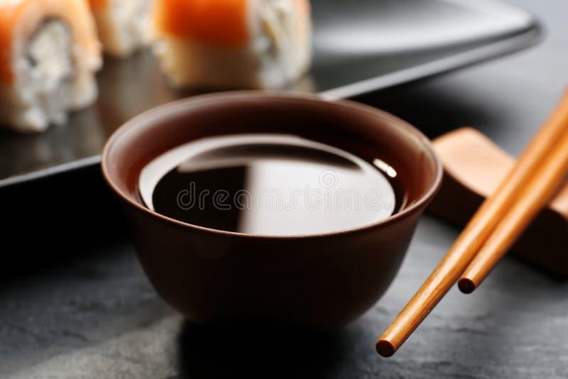 Ciotola con la salsa di soia saporita fotografia stock libera da diritti