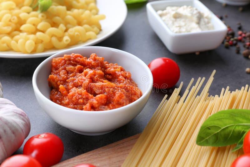 Ciotola con salsa bolognese deliziosa per pasta immagine stock libera da diritti