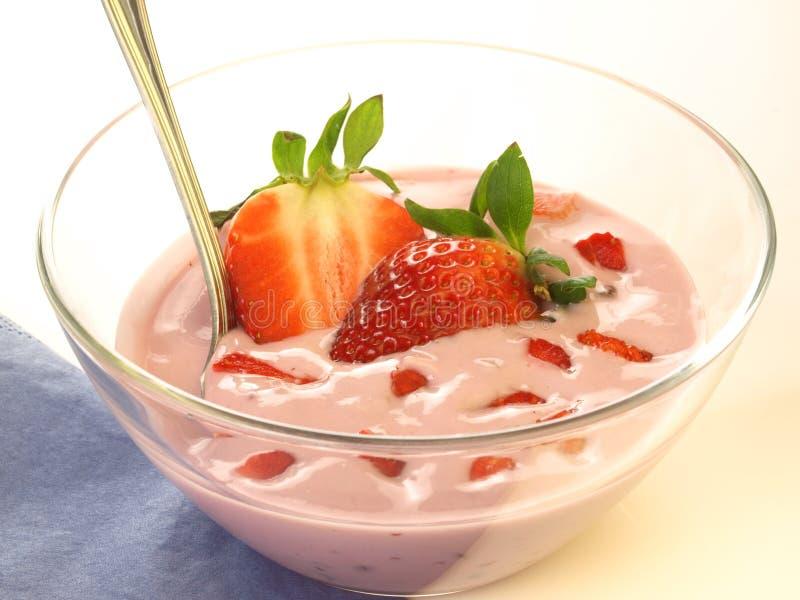 Ciotola con yogurt, isolato fotografie stock libere da diritti