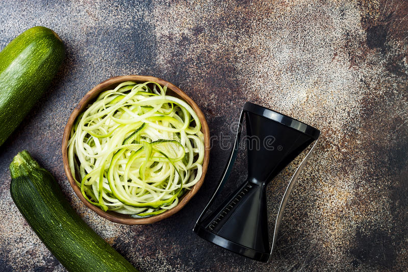 Ciotola degli zoodles degli spaghetti o delle tagliatelle dello zucchini Vista superiore, spazio della copia immagini stock libere da diritti