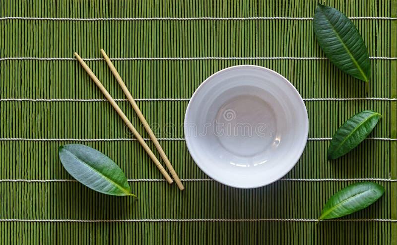 Ciotola del colpo, regolazione giapponese della tavola, verde, tavola, tropicale, ceramica fotografia stock libera da diritti
