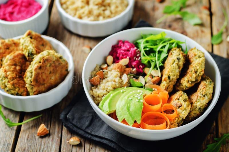 Ciotola del Falafel di hummus della barbabietola della quinoa fotografia stock libera da diritti