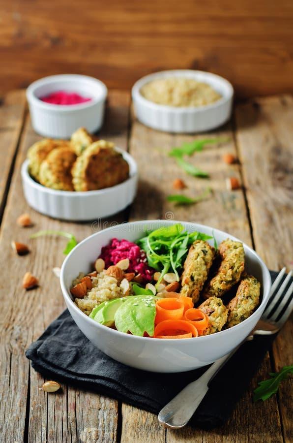 Ciotola del Falafel di hummus della barbabietola della quinoa immagini stock libere da diritti