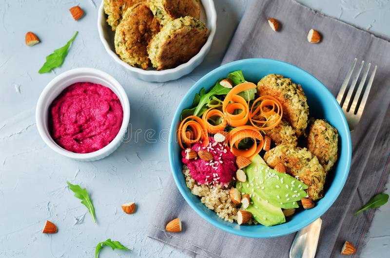 Ciotola del Falafel di hummus della barbabietola della quinoa fotografia stock