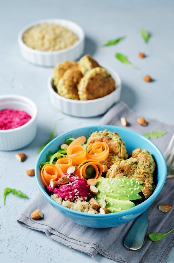 Ciotola del Falafel di hummus della barbabietola della quinoa fotografie stock libere da diritti
