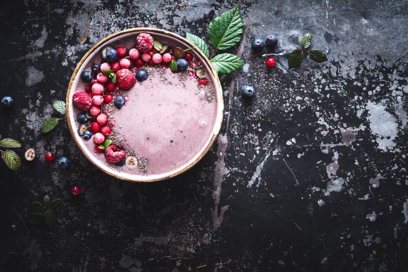 Ciotola del frullato di Acai con il mirtillo, Rapsberry, Chia Seeds For Healthy Breakfast immagini stock libere da diritti