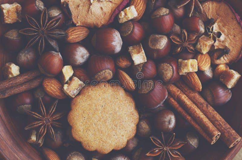 Ciotola dell'argilla con i biscotti, le spezie, i dadi e lo zucchero del pan di zenzero immagine stock libera da diritti
