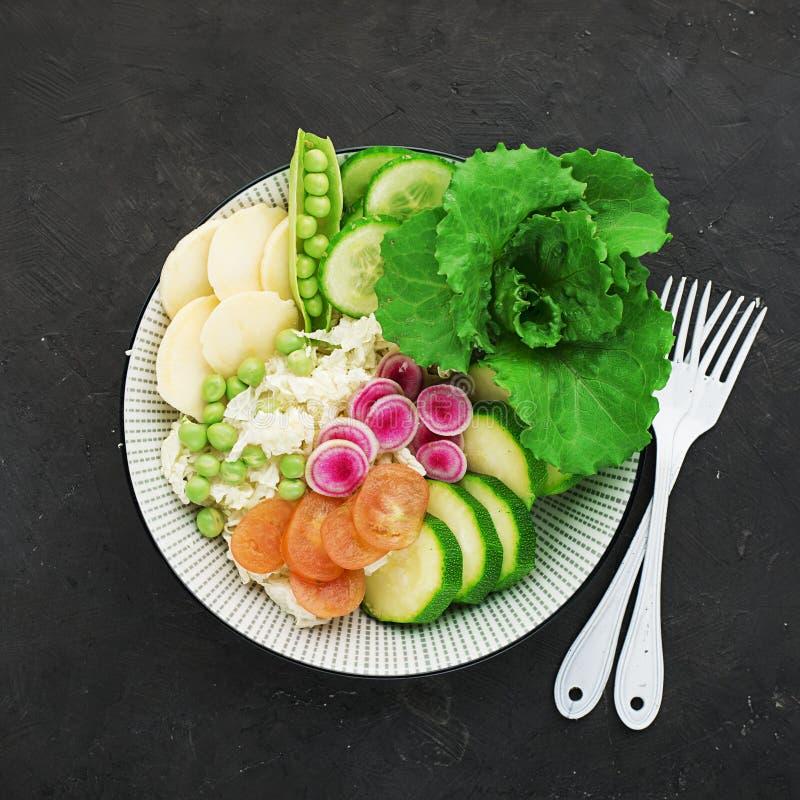 Ciotola della disintossicazione della frutta di estate delle verdure Alimento sano vegetariano Le insalate, lattuga va, lamponi,  fotografia stock libera da diritti
