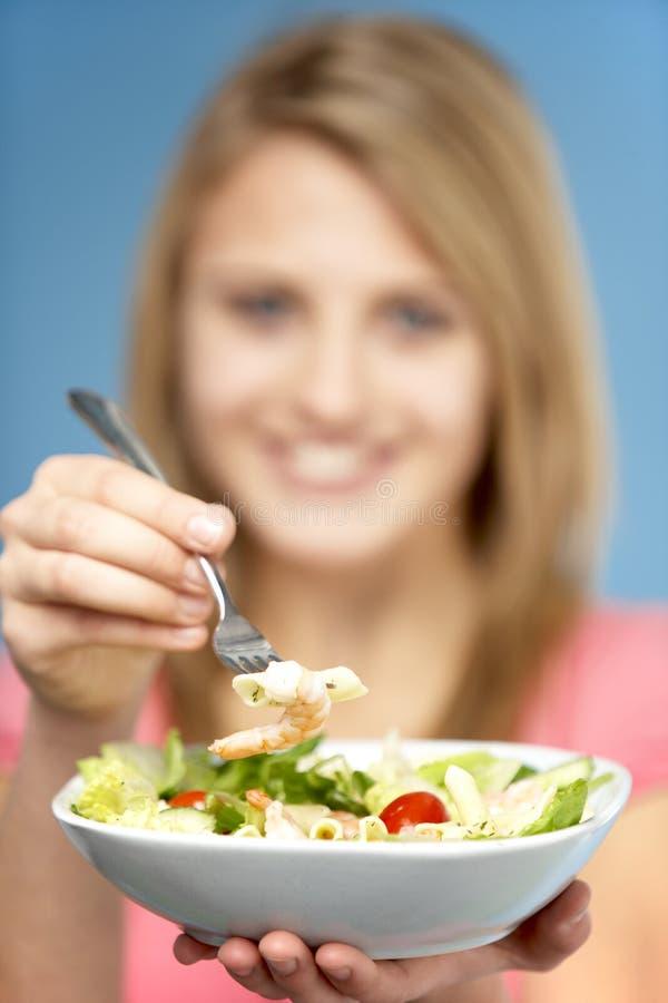 Ciotola della holding dell'adolescente di insalata immagini stock libere da diritti