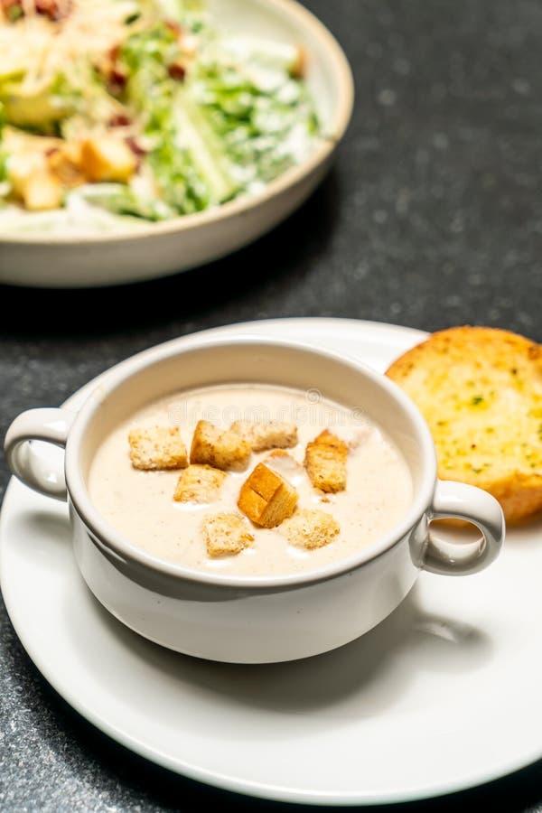 Ciotola della zuppa di fungo fotografia stock libera da diritti