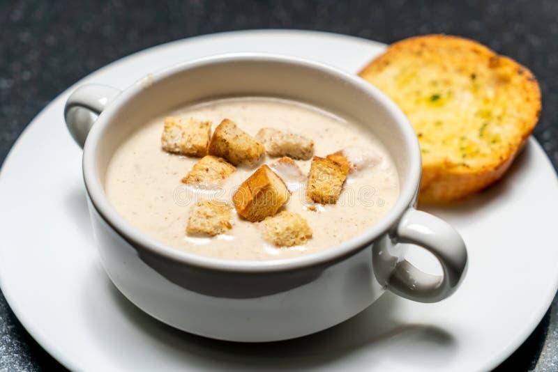 Ciotola della zuppa di fungo fotografia stock