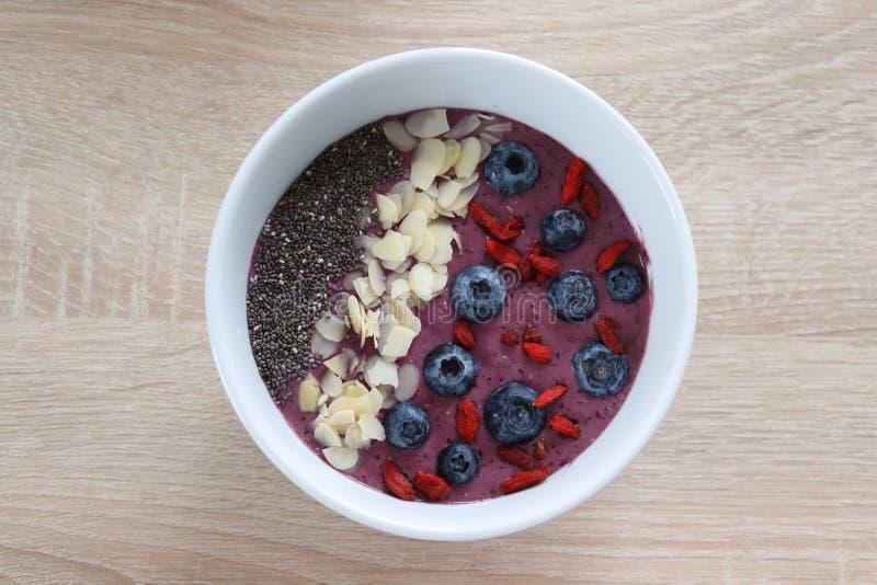 Ciotola dello smoothhie della prima colazione con le bacche immagini stock libere da diritti