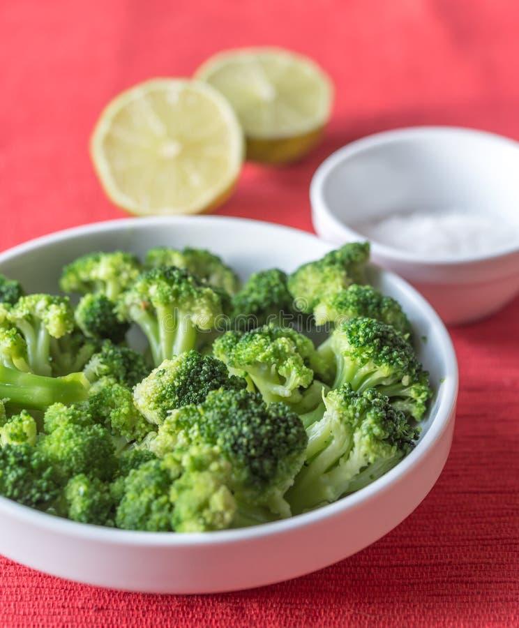 Ciotola di broccoli cucinati con i condimenti fotografie stock libere da diritti