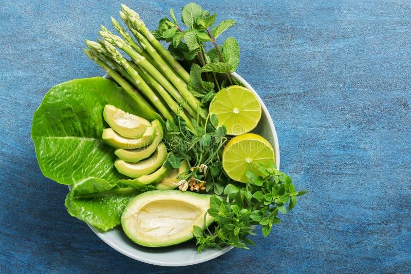 Ciotola di Buddha della disintossicazione con l'avocado, l'asparago, i micro verdi, la calce, la lattuga, il basilico e la menta  fotografie stock