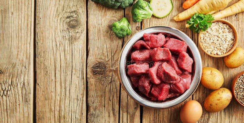 Ciotola di carne cruda tagliata per un cane o un gatto immagine stock libera da diritti