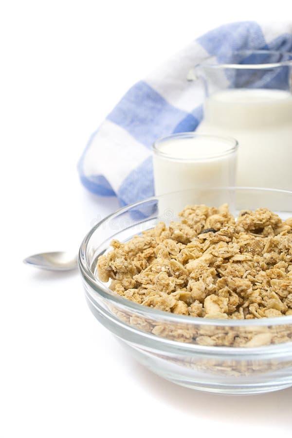 Ciotola di cereale con una brocca di latte fresco fotografie stock