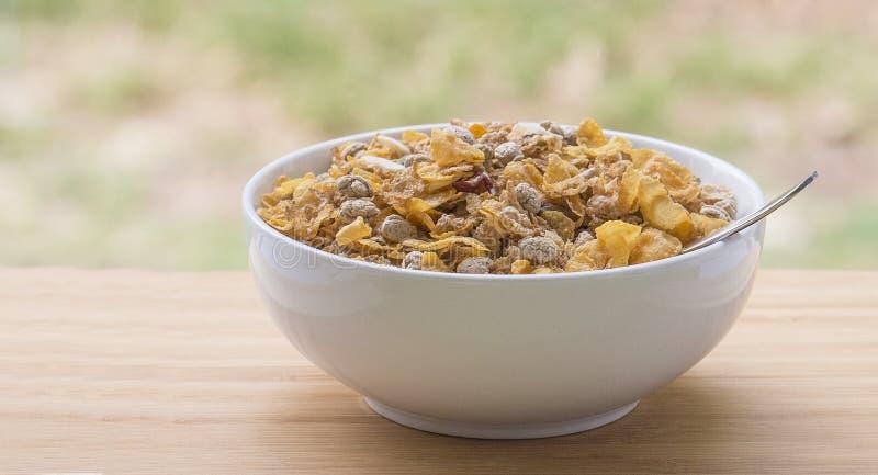 Ciotola di cereale da prima colazione dalla finestra immagine stock