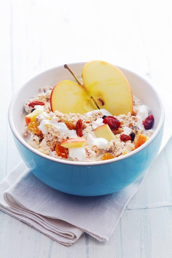 Ciotola di cereale da prima colazione e di mela sani immagine stock