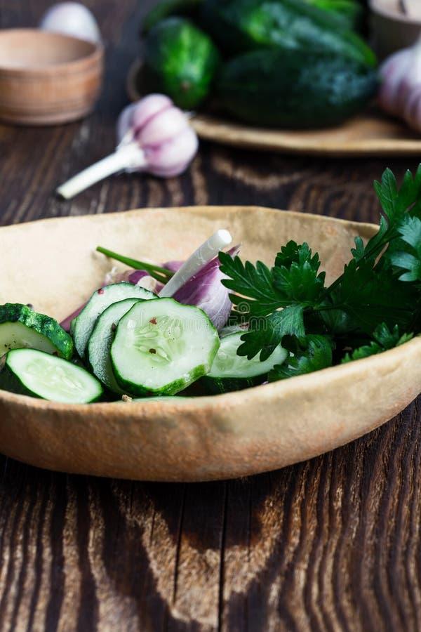 Ciotola di cetrioli e di aglio organici di recente selezionati, insalata degli ortaggi freschi fotografia stock
