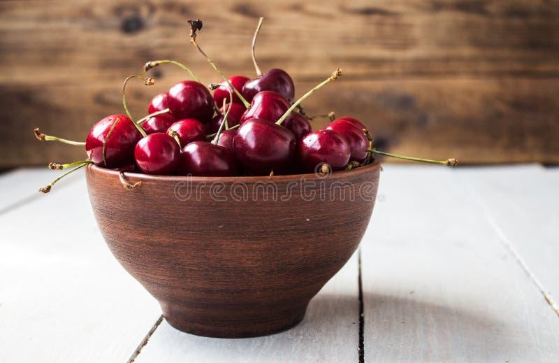 Ciotola di ciliege rosse mature fotografie stock libere da diritti