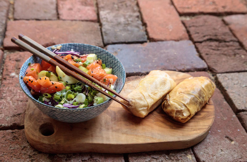 Ciotola di color salmone cruda del colpo con riso fotografia stock