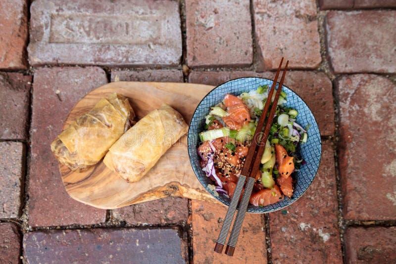 Ciotola di color salmone cruda del colpo con riso immagini stock libere da diritti